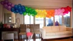 Цветастые гирлянды из шаров дополнят праздничный интерьер