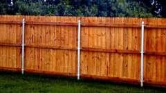 Деревянный забор на металлических столбах своими руками: особенности конструкции