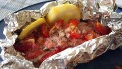 Горбуша, запеченная в фольге в духовке, с овощами и тертым сыром