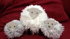 Игрушка овечка из помпонов своими руками