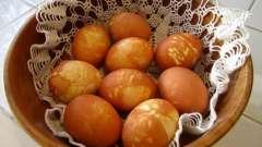 Как красить яйца луковой шелухой?