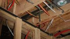 Как осуществить монтаж электропроводки в деревянном доме