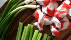 Как сделать салат с чипсами и крабовыми палочками?