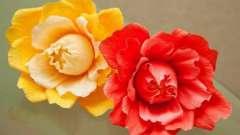 Мастерим цветы из гофрированной бумаги (цветы-конфеты)