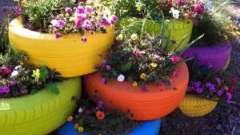 Оригинальная клумба из колеса для украшения сада
