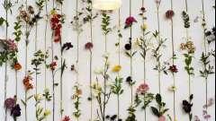 Оригинальная композиция из искусственных цветов как яркий элемент декора