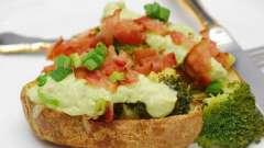 Рецепт крошки-картошки с копченой грудинкой, сметаной и зеленью