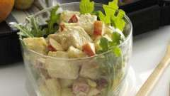Салат с копченой курицей и ананасами – необычное сочетание