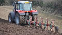 Вспашка земли трактором: преимущества и недостатки механизированной обработки почвы